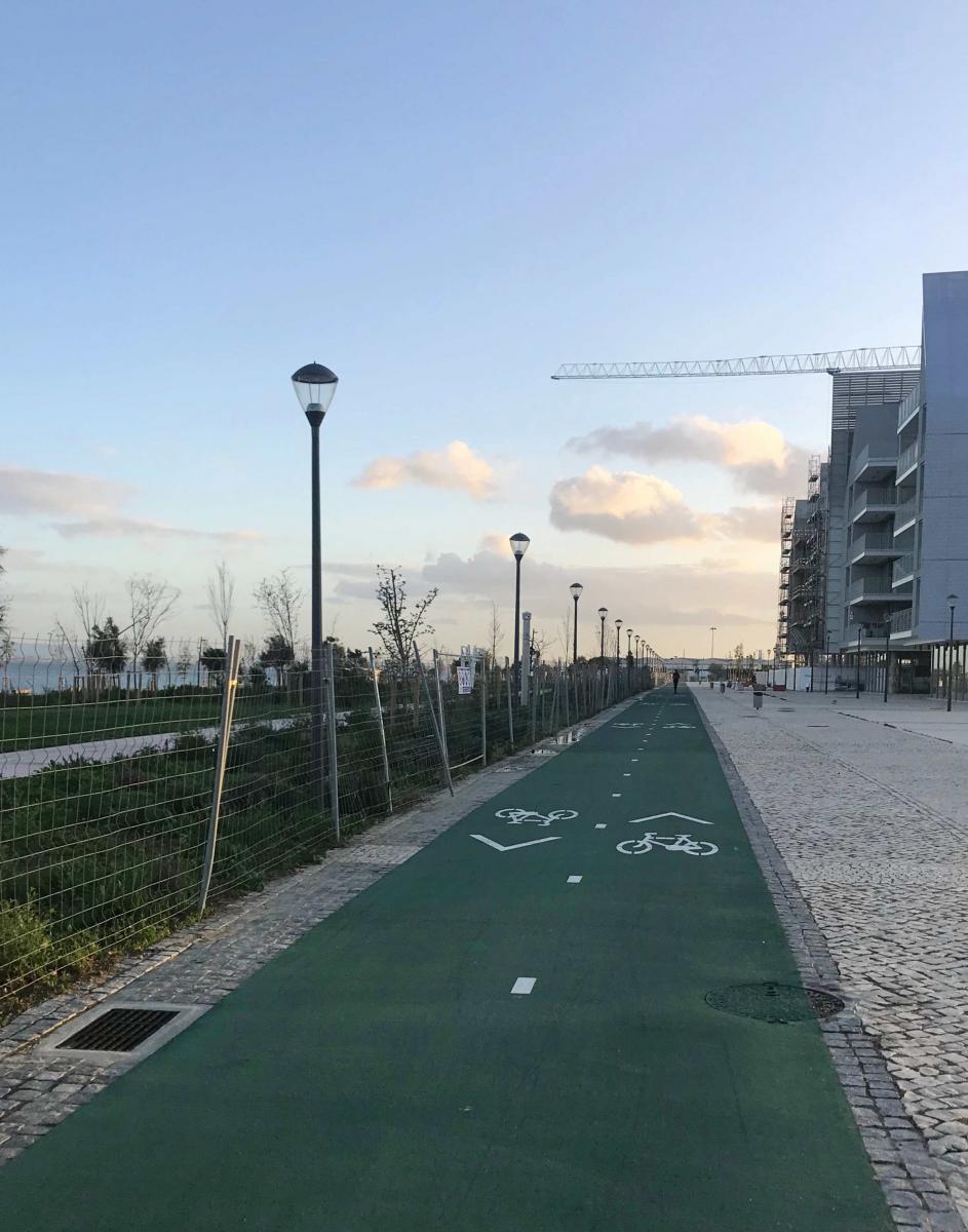 Breite, grün markierte Radwege auf einigen hundert Metern am Wasser, daneben ein Park: gute Ansätze lassen sich erahnen