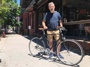 John kommt aus Norwegen - sein Partner lebt und arbeitet in NYC