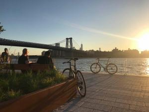 Domino Park im Sonnenuntergang und zwei Radlern dazu