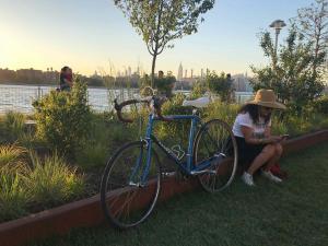 Luisa mit ihrem speziellen Rennrad, das von Georgena Terry in den 80igern speziell für Frauen entwickelt wurde
