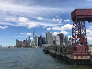 Der Anleger in Richtung Manhattan