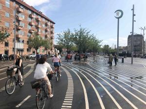 Mitten durch die Stadt, dem Verlauf einer alten Bahntrasse folgend, verläuft eine breite Fahrradtrassse