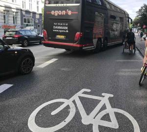 Seltsame Situation in einer Fahrradstadt: die Rechtsabbieger kreuzen den Fahrradstreifen