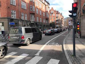 In der Innenstadt geht nichts mehr: die Blechlawine steht. Auf dem Parkplätzen und auf der Straße