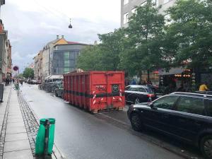 Was ist das bitte? Ein Parkstreifen in der Mitte der Straße samt Container, mitten im Einkaufsviertel. Rechts und links Fahrstreifen