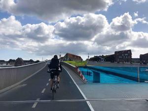 Diese exklusive Fahrradbrücke verbindet den historischen Hafen mit dem nördlichen Woh- und Szeneviertel