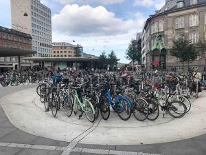 Abgesenkter Fahrradparkplatz: ich halte nicht von jeder Idee etwas. Ob die Fahrräder nun wirklich tiefer stehen müssen, um Blickachsen frei zu geben?