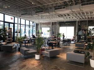 Der Aufenthaltsbereich lockt viele digital Arbeitende an und schafft so eine gute Verbindung zwischen Innen und Außen